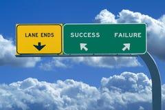 Het teken van de snelweg in blauwe bewolkte hemelen die Succes lezen Stock Foto's