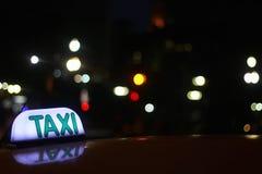 Het teken van de taxi bij nacht Stock Afbeelding