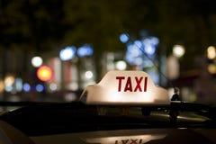 Het teken van de taxi op autodak Stock Afbeeldingen