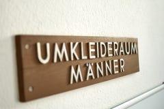 Het teken van de tekenkleedkamer voor mensen - Umkleideraum Maenner Schild Stock Afbeeldingen