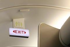 Het teken van de uitgang en van het toilet aan boord van vliegtuig Royalty-vrije Stock Foto's