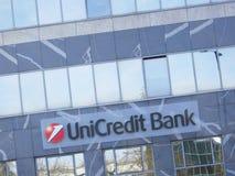Het teken van de Unicreditbank op een gebouw stock fotografie