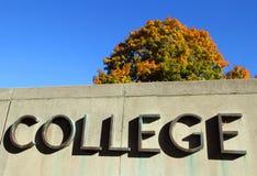 Het teken van de universiteit met kleurrijke boom Royalty-vrije Stock Fotografie