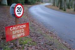 Het teken van de verkeersdrempelsvoorzichtigheid bij wegweg in platteland Royalty-vrije Stock Foto's
