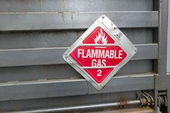 Het teken van de vrachtwagenlaadklep met tekst brandbaar gas 2 met vlampictogram royalty-vrije stock afbeelding