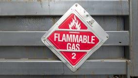 Het teken van de vrachtwagenlaadklep met tekst brandbaar gas 2 met vlampictogram stock foto