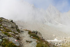 Het teken van de weg op Italiaanse Alpen Stock Fotografie