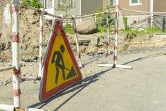 Het teken van de wegwerken In aanbouw Reparatie van ondergrondse nut royalty-vrije stock foto's