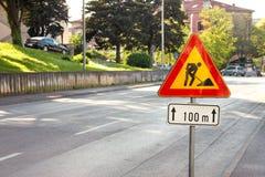 Het teken van de wegwerken voor bouwwerkzaamheden in stadsstraat Weg in aanbouw verkeersteken Verkeer, waarschuwingsbordweg het h Stock Afbeeldingen