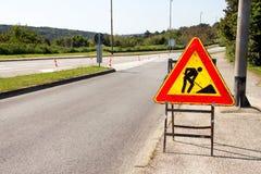 Het teken van de wegwerken voor bouwwerkzaamheden in stadsstraat Weg in aanbouw verkeersteken Verkeer, waarschuwingsbordweg het h Royalty-vrije Stock Foto's