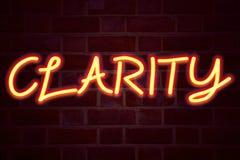 Het teken van het duidelijkheidsneon op bakstenen muurachtergrond Het fluorescente T.L.-buisteken op metselwerk Bedrijfs 3D conce royalty-vrije stock afbeeldingen