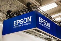 Het teken van het Epsonembleem op cabinetribune op Messe-markt in Hanover, Duitsland Stock Fotografie