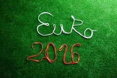 Het teken van euro 2016 van schoenveters tegen kunstmatig gras wordt gemaakt dat Stock Foto