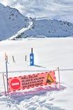 Het teken van het gevaar van een lawine wordt geplaatst in de bergen royalty-vrije stock afbeeldingen