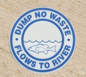 Het teken van het afvoerkanaal - dump geen afvalstromen aan rivier Stock Afbeeldingen