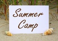 Het teken van het de zomerkamp op een strand Stock Fotografie