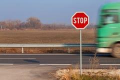 Het teken van het einde bij kruispunten Landelijke weg Uitgang op de hoofdweg Hoofdweg Gevaarlijke weg Verkeerstekeneinde Stock Afbeeldingen