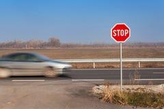 Het teken van het einde bij kruispunten Landelijke weg Uitgang op de hoofdweg Hoofdweg Gevaarlijke weg Verkeerstekeneinde Royalty-vrije Stock Fotografie