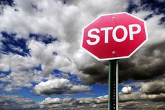 Het teken van het einde met het slaan van wolken royalty-vrije stock afbeeldingen