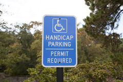 Het Teken van het handicapparkeren - Blauw Toegankelijk Parkerenteken Stock Foto's