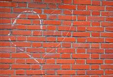Het teken van het hart dat door wit krijt op rode bakstenen muur, milieu D wordt getrokken, Royalty-vrije Stock Foto