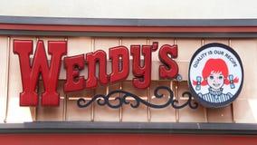 Het teken van het het Snelle Voedselrestaurant van Wendy ` s stock foto