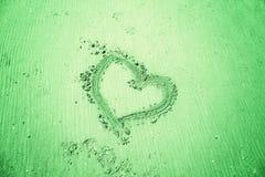 Het teken van het liefdehart op zandige strandvloer Royalty-vrije Stock Afbeeldingen