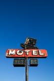 Het teken van het motel tegen blauwe hemel stock afbeeldingen