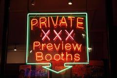 Het teken van het neon van een vergunning gegeven geslachtswinkel Stock Fotografie