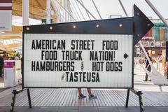 Het teken van het straatvoedsel buiten het paviljoen van de V.S. in Expo 2015 in Milaan, Ita stock foto's