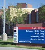Het teken van het ziekenhuis bij hoofdingang Stock Afbeeldingen