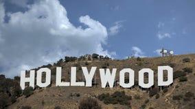 Het teken van Hollywood op een blauwe hemel stock video
