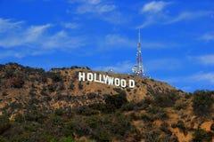 Het teken van Hollywood op een blauwe hemel Stock Afbeelding