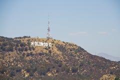 Het teken van Hollywood op een blauwe hemel Stock Foto