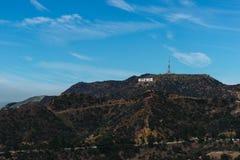 Het teken van Hollywood op een blauwe hemel Stock Foto's