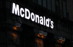 Het teken van McDonalds bij nacht Royalty-vrije Stock Afbeeldingen