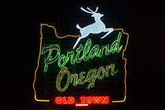 Het teken van Portland Oregon met het springen herten tijdens nacht stock afbeelding