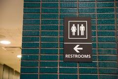 Het teken van toiletten stock fotografie