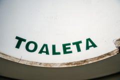 Het teken van toilettoaleta in Herestrau-park stock afbeelding