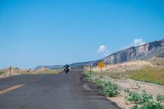 Het teken van verkeer alarmeert bergaf sloper en krommen Stock Foto's