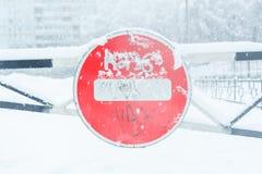 Het teken van het verkeerseinde op de tolweg in de winter tijdens een sneeuwval stock fotografie