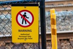 Het teken van waarschuwingsgemachtigde personeelsleden op een omheining van de kettingsverbinding stock afbeeldingen