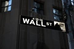 Het teken van Wall Street bij nacht Stock Foto's