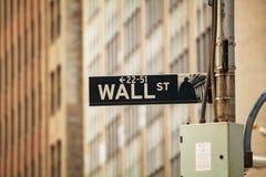 Het teken van Wall Street in de stad van New York Stock Afbeelding