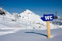Het teken van WC in alpen mointains Stock Foto