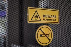 Het teken voorzichtig zijn brandbaar en etiketteert nr - rokend metaal royalty-vrije stock foto's
