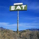 Het teken in woestijn met tekst eet Stock Foto