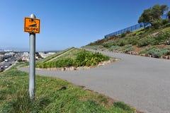 Het teken zegt 15% Helling naast een het lopen weg Stock Afbeeldingen