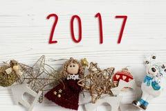 het tekentekst van 2017 op Kerstmiskader van gouden speelgoed ornament borde Stock Foto