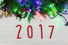 het tekentekst van 2017 op Kerstmiskader van slingerlichten op spar branc Royalty-vrije Stock Afbeelding